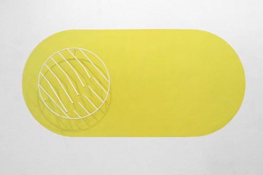 White Moon Yello Pill 2020, Wandmalerei:110x230 cm, Objekt: 70x70x20 cm
